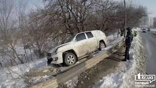 Новости Кривой Рог: ДТП в Кривом Роге. Пикап перелетел через отбойник и врезался в дерево   1kr.ua