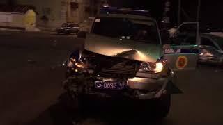 """В Поронайске Nissan AD выехал на перекресток на красный свет и врезался в полицейский """"Патриот"""""""