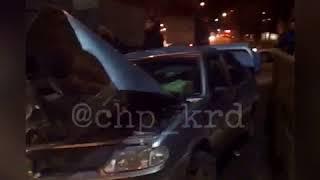 Audi Q7 таранит на встречке машины и переворачивается!