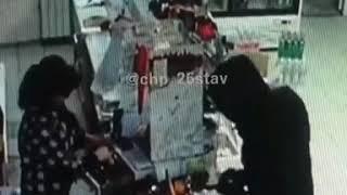 Грабитель с пистолетом попал на камеры видеонаблюдения