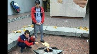 В Кисловодске молодые люди погрелись у Вечного огня