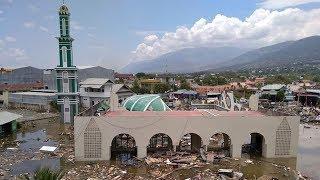 Без транспорта и электричества: как Индонезия справляется с последствиями землетрясения и цунами