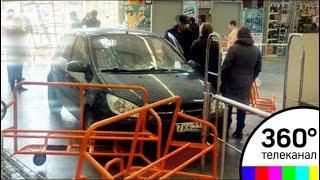 В Мурманске пенсионер на иномарке въехал в магазин