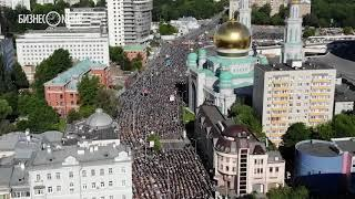 Тысячи мусульман встречают Ураза-байрам в центре Москвы