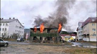 Был ли поджигатель? В Ханты-Мансийске выясняют, почему сгорел расселённый дом
