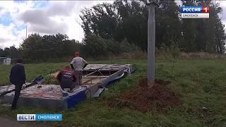 В Смоленске от ветра сложило пополам рекламный щит