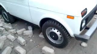 В Волгограде кирпичная стена рухнула на припаркованные машины