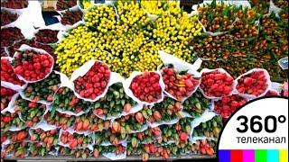 Очереди из мужчин выстроились перед цветочными рынками Москвы