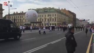 В Санкт-Петербурге проходит шествие «Парад цветов»