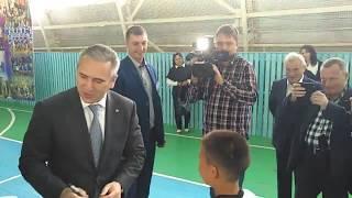 Александр Моор вручил мячи детской футбольной команде в Бердюжье