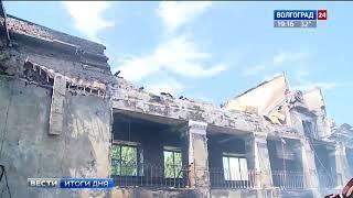 Пожарные продолжают дежурство на сгоревшем стадионе в Волжском