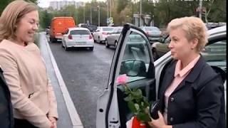 Цветы и подарки вручили инспекторы ГИБДД девушкам за рулем
