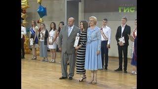 Наградили за успехи в учении. Глава Самары Елена Лапушкина вручила золотые медали выпускникам