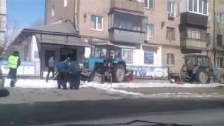 Трактор застрял между магазином и забором