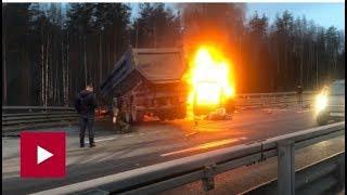 На ЗСД полыхает микроавтобус после столкновения с самосвалом — видео 2018