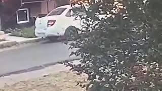 В Михайловске двое мужчин разбили лобовое стекло машины и скрылись