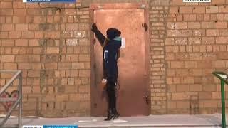 В Назарове коммунальщики во время холодов заваривают подъездную дверь, которая ведет к пандусу