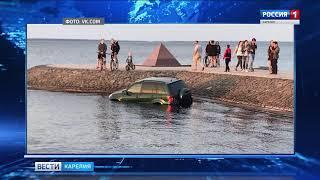 Припаркованный на набережной автомобиль скатился в Онежское озеро