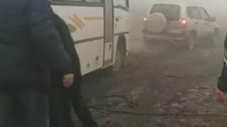 Жители Кисловодска на похоронах выталкивали автобус из грязи