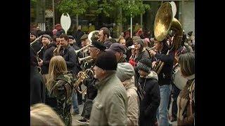 """В Челябинске """"дали джазу"""". Под звуки кларнета и саксофона горожане устроили на Кировке стрит-парад"""