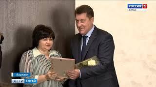 Глава Барнаула Сергей Дугин вручил денежные сертификаты руководителям 15 детских садов города.