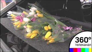 Сотруднии ГИБДД поздравили женщин-водителей с 8 марта в Дубне