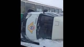 Газель перевернулась на скользкой дороге во время снегопада, перекрыв движение