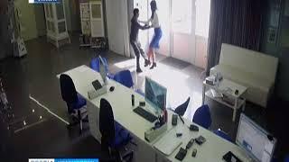 Злоумышленник с ножом напал на продавца в магазине