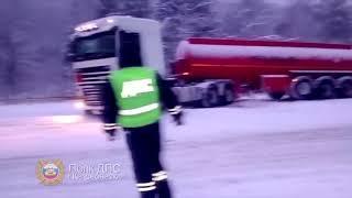 На трассе за Дивногорском инспекторы помогли вытащить заехавшую в снег фуру