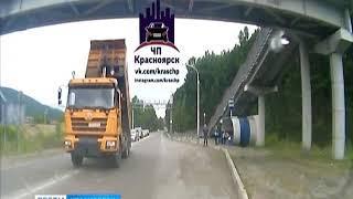 На трассе Красноярск-Дивногорск самосвал врезался в виадук