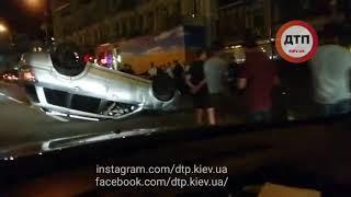 Ночное #ДТП в Киеве на Бессарабке:   Девушка на митсубиси Аутлендер не справилась управлением ударил