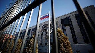 Более сотни российских дипломатов высылают на родину