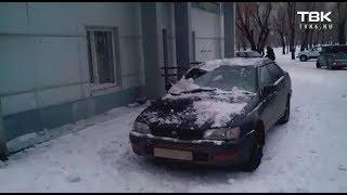В Красноярске на крышу авто упал лед