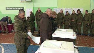 Солдаты гвардейской инженерной бригады голосуют на одном из избирательных участков села Алкино