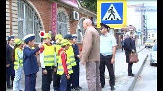 Юные инспектора дорожного движения раздали буклеты махачкалинским водителям !