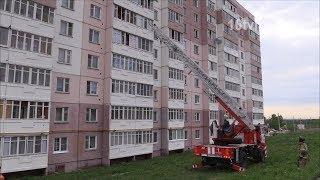 Спасатели помогли заблокированной на балконе маме открыть дверь