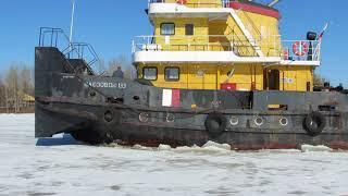 Буксировщик вышел разбивать лед в акваторию Которосли