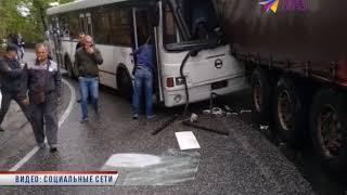 В Сочи произошло серьезное  ДТП с участием фуры и автобуса