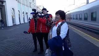 """Саратовский лауреат """"Учителя года России - 2018"""" спела песню на вокзале"""