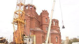 На звонницу собора Александра Невского водрузили главные колокола