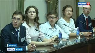 Лучшие выпускники Алтайского края побывали на встрече с Виктором Томенко