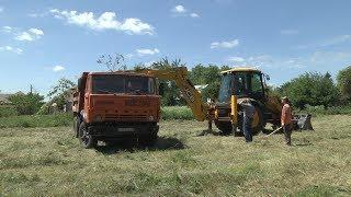 В Михайловске местные жители вместе с чиновниками очистили дорогу, идущую вдоль берега реки Чла