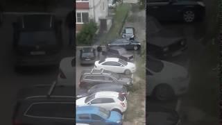 Водителя ВАЗа заперли на стоянке и он сбежал через детскую площадку