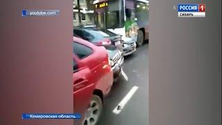 Троллейбус столкнулся с семью автомобилями в Кемерове