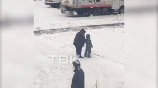 Женщина пинает ребенка (Красноярск)