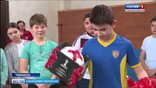 Школьник из Карачаево-Черкесии получил именной мяч от сборной России по футболу
