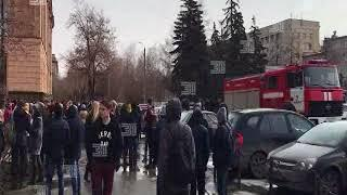 Студентов ЮУрГУ эвакуировали через главный вход. Запасные выходы были блокированы
