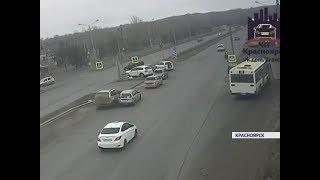 Полицейские разыскивают водителя BMW, устроившего массовое ДТП