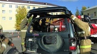 В Когалыме пожарные срезали крышу машины, чтобы спасти пострадавших