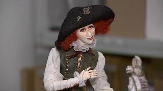Сотрудники сургутского музея взяли в руки куклы